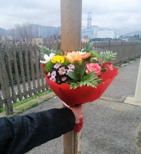 il mazzo di fiori che i soccorritori della Croce Bianca hanno deposto in memoria dei ragazzi uccisi